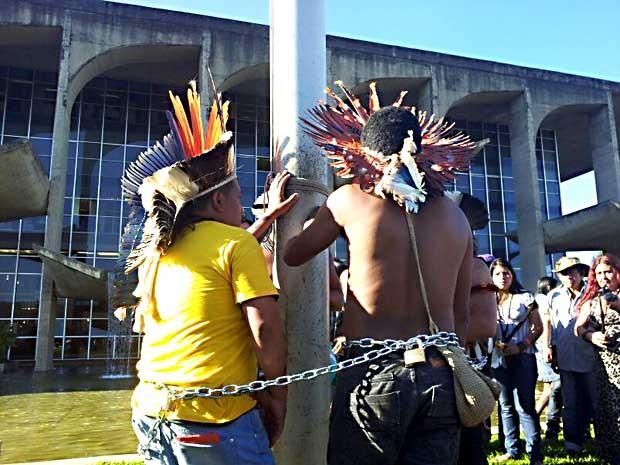 Índios acorrentados em um poste em frente ao Palácio da Justiça, em Brasília (Foto: Vianey Bentes/TV Globo)