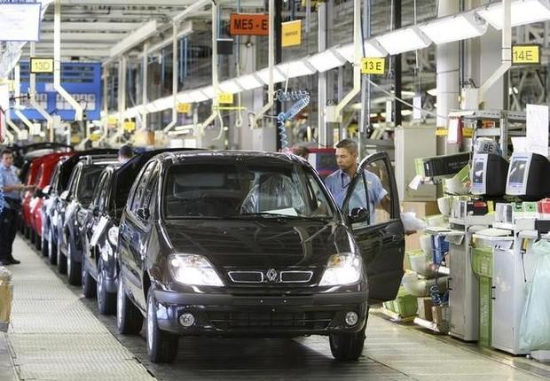 Funcionários finalizam a montagem de carros em fábrica da Renault em Curitiba - carros - fábrica - montagem - montadora (Foto: Cesar Ferrari/Reuters)