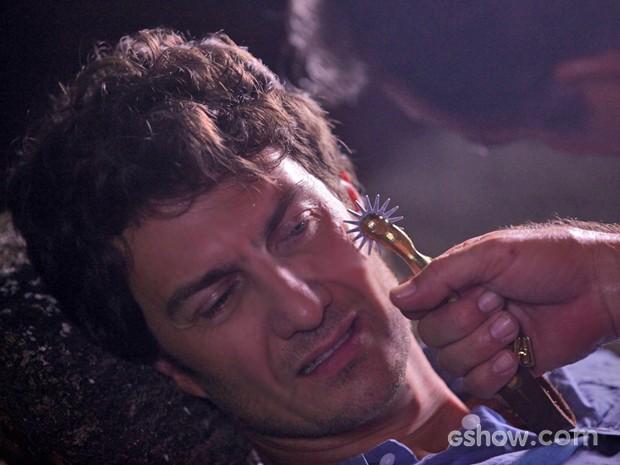 Virgílio passa a espora no mesmo lugar em que foi ferido por Laerte (Foto: Pedro Curi/ TV Globo)