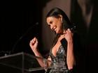 Demi Moore usa vestido decotado em premiação nos Estados Unidos
