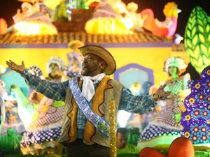 Vestido de caipira, Martinho da Vila é destaque de um dos carros alegóricos da Vila Isabel (Foto: Rodrigo Gorosito/G1)