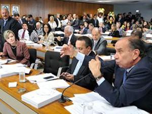 Senadores membros da CCJ durante a votação de projetos que alteram maioridade penal (Foto: Reprodução / Agência Senado)