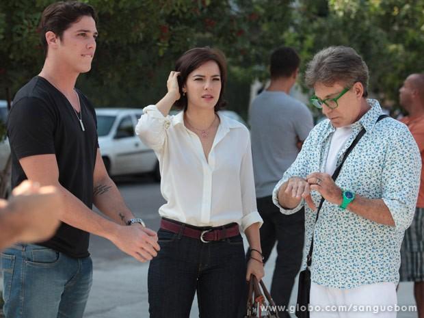 O trio de atores no intervalo das gravações (Foto: Sangue Bom / TV Globo)