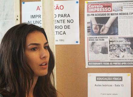 Luciana lê matéria do jornal sobre seu pai