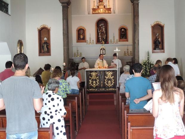 A missa na Igreja de Nossa Senhora de Boa Viagem, na Pracinha do bairro de mesmo nome, reuniu muitos brasileiros curiosos, além dos estrangeiros. (Foto: Katherine Coutinho / G1)