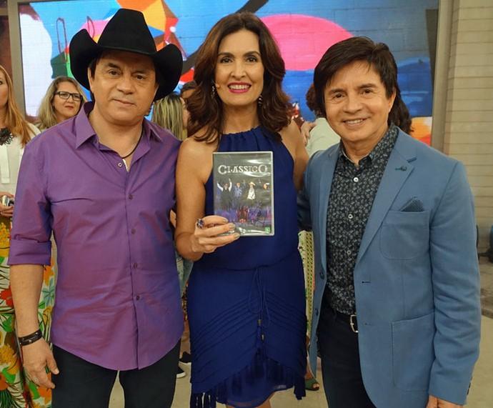 Chitãozinho & Xororó posam com a Fátima nos bastidores do 'Encontro' (Foto: Carolina Morgado/Gshow)