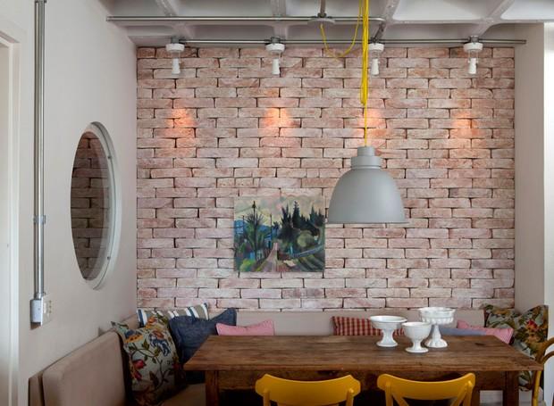 Casa-sala-de-jantar-tijolos-sofá-arquiteto-Maicon-Antoniolli (Foto: Marco Antonio/Editora Globo)