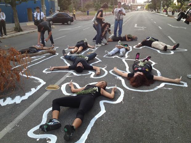 Grupo se deitou no asfalto em protesto contra as obras no Cocó (Foto: Leonardo Bezerra)