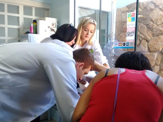 Fher conta com a ajuda de toda sua família para realizar os atendimentos gratuitos (Foto: Carol Malandrino/G1)