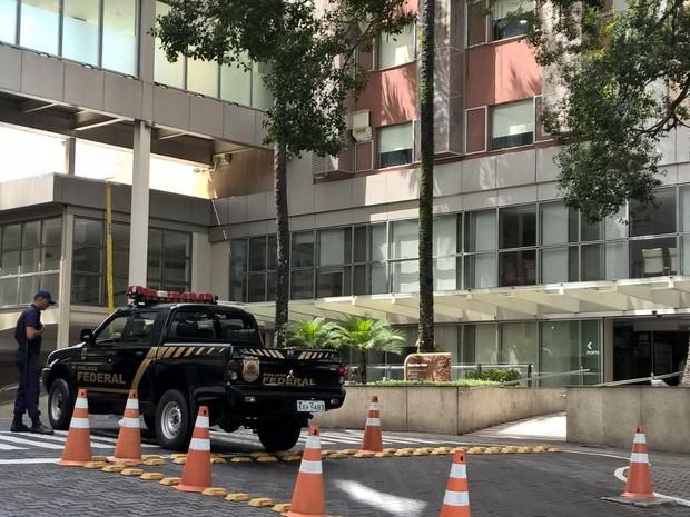 Viatura da Polícia Federal chega ao Quinta D'Or (Foto: Carlos Brito/G1)