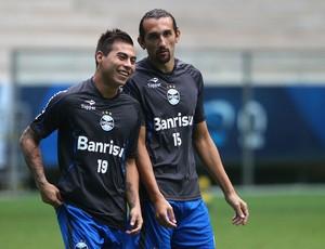 Vargas e Barcos conversam em treino do Grêmio (Foto: Lucas Uebel/Grêmio FBPA)