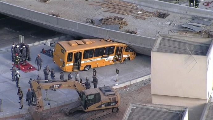 Viaduto sobre a Avenida Pedro I desaba (Foto: Reprodução / Globo News)