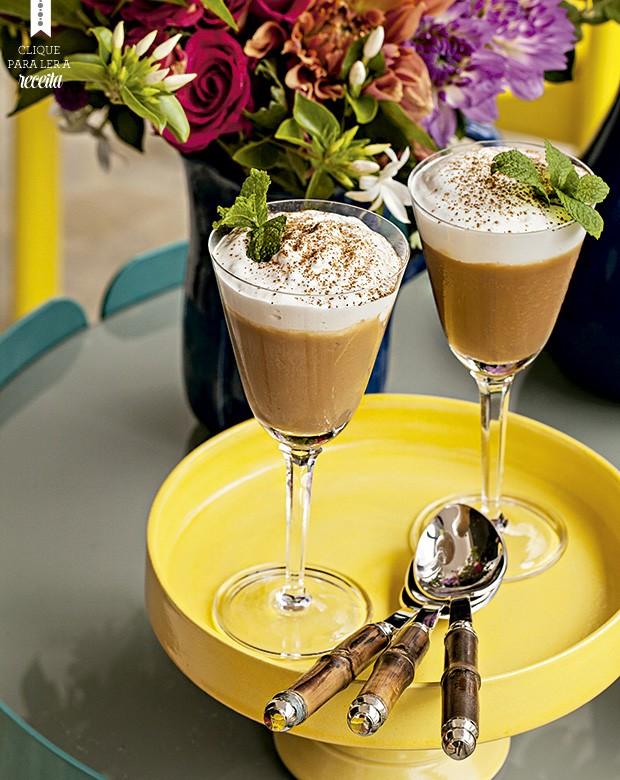 O suspiro limeño leva um merengue aromatizado com vinho do Porto. Prato Olaria Paulistana, talheres Divino Espaço (Foto: Elisa Correa/Editora Globo)