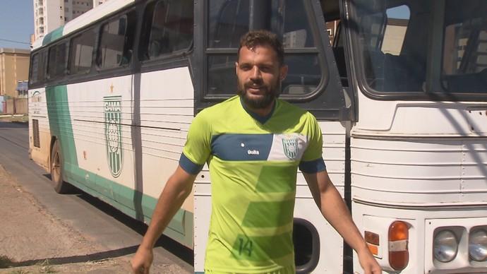 Zagueiro Pedrão, do Gama, também lamentou a confusão no clássico (Foto: Reprodução / TV Globo)