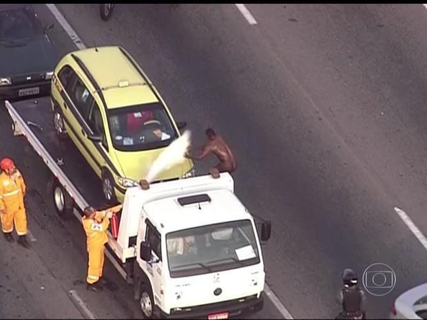 Homem pelado atrapalha o trânsito na Linha Amarela (Foto: Reprodução/TV Globo)
