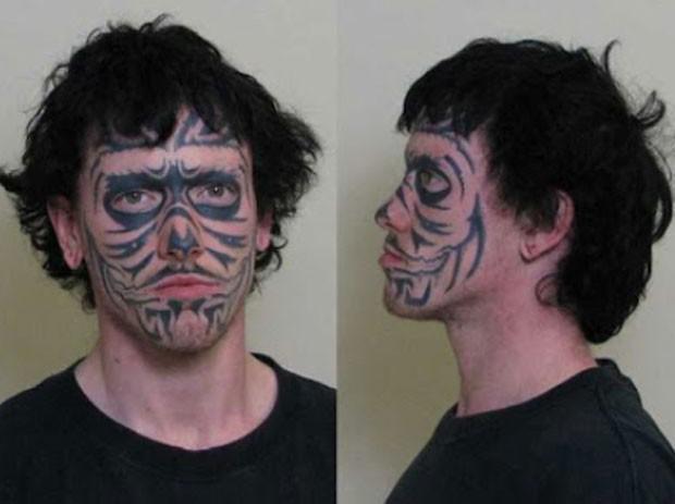 Acusado de roubo, Adam G. Roberts, de 24 anos, exibiu uma caveira tatuada no rosto (Foto: Divulgação)