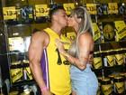 Juju Salimeni e Felipe Franco trocam beijos em feira fitness em São Paulo