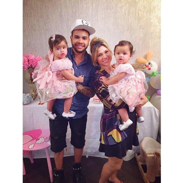 Dentinho e Dani Souza com as filhas gêmeas (Foto: instagram/reprodução)