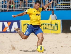 Daniel Zidane abriu o placar com um chute forte do meio da quadra em Recife (Foto: Marcello Zambrana/Beach Soccer Brasil)