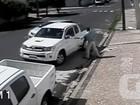 Câmeras flagram bandido roubando carro de mulher em Teresina