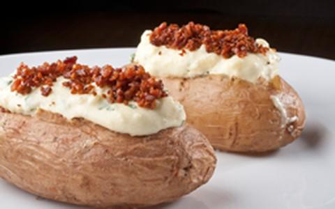 Batata recheada com cream cheese e bacon