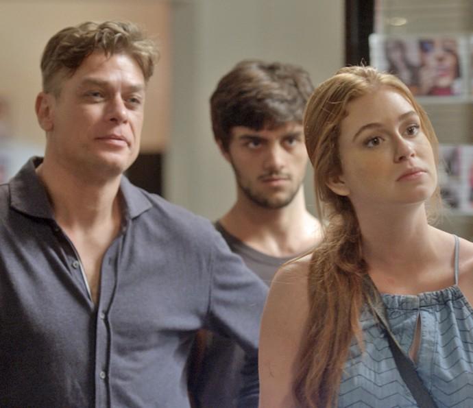 Eliza, Arthur e Jonathas pedem respostas para Carolina (Foto: TV Globo)