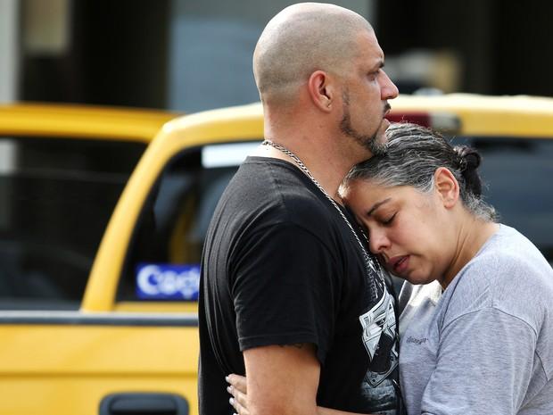 Pessoas lamentam ataque em Orlando (Foto: Joe Burbank/Orlando Sentinel/AP)