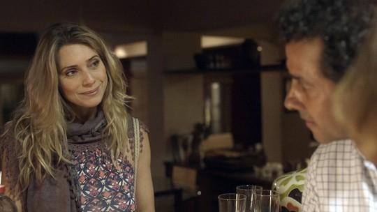 Toni conta para Monique que Maria vai morar com ele