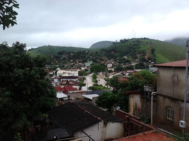 Do alto da cidade é possível ver ruas alagadas (Foto: Iolanda de Oliveira / VC no G1)