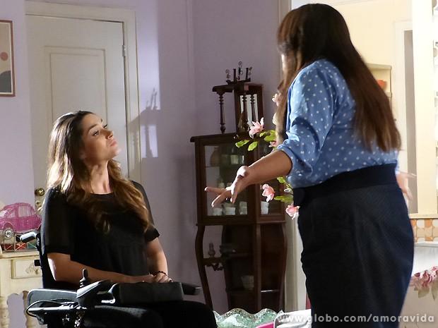 Leila vai até o apê de Perséfone e esculacha a enfermeira... (Foto: Amor à Vida / TV Globo)