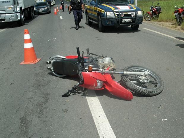Acidente entre moto e caminhão deixa mulher morta na BR-101, PE (Foto: Ivaldo Oliveira/ PRF)