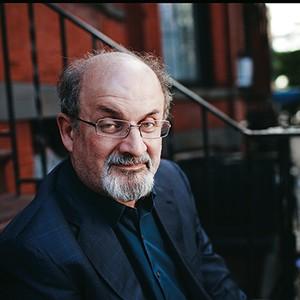 O EX-SATÃ? O escritor Salman Rushdie nas ruas de Nova York em 2010 (Foto: David Howells/Corbis)