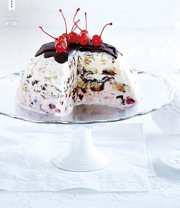 Montada com base de sorvete de creme, a bomba gelada de chocolate e cerejas é entremeada com fatias de rocambole, geleia e frutinhas. Efeito bombástico! (Foto: StockFood / Gallo Images Pty Ltd.)