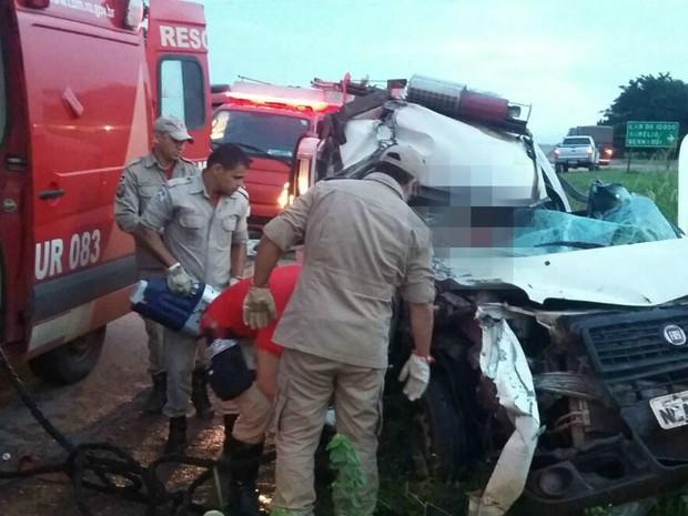 Acidente entre ambulância e carreta de Cacoal, RO (Foto: Reprodução/Facebook)
