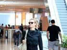 Carolina Dieckmann esconde corpão com roupa comportada em passeio