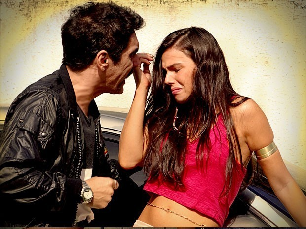 Roni e Leandro tentam salvar Suelen do cativeiro, mas ela recusa ajuda (Foto: Divulgação/TV Globo)