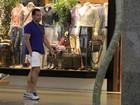 Com 62kg a menos, Leandro Hassum passeia em shopping no Rio