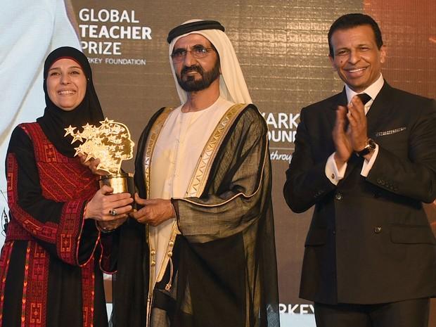 Hanan recebe o prêmio das mãos do primeiro ministro dos Emirados Árabes e do representante de Dubai (Foto: Stringer/ Sheikh/ AFP)