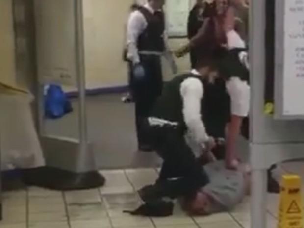 Suspeito é detido após ataque com faca na estação Leytonstone de metrô, em Londres, no sábado (5) (Foto: Reprodução/Twitter)