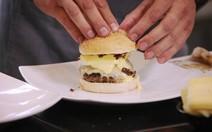 Hambúrguer com ovos beneditinos