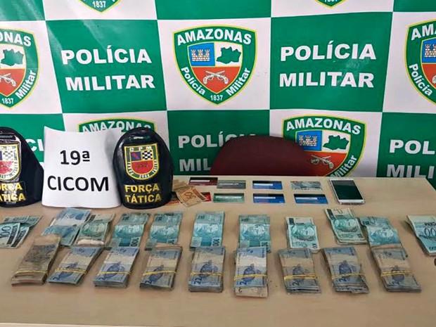 Foram recuperados R$ 9.457,00 do roubo, além de um celular e oito cartões bancários (Foto: Polícia Militar/Divulgação)