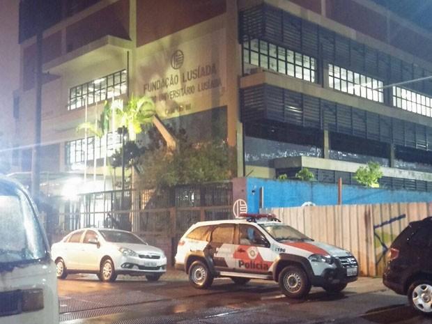 Funcionário trabalha no Centro Universitário Lusíada, em Santos (Foto: G1)