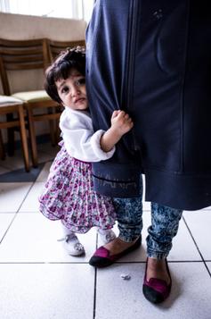 A pequena Sareen, 1 ano e 3 meses, está aprendendo a andar e se agarra à saia da mãe  (Foto: Guilherme Zauith/Ed. Globo)