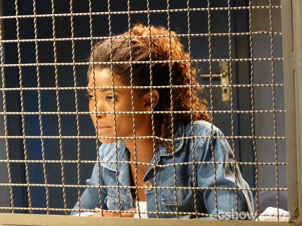 Alice tenta saber informações sobre criminoso, mas não consegue (Foto: Em Família / TV Globo)