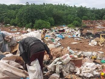 Catador recolhe lixo em área de despejo irregular no Pôr do Sol, em Ceilândia (Foto: Isabella Formiga/G1)