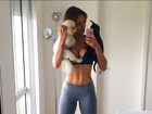 Mari Gonzalez posta selfie de top e exibe barriga impecável
