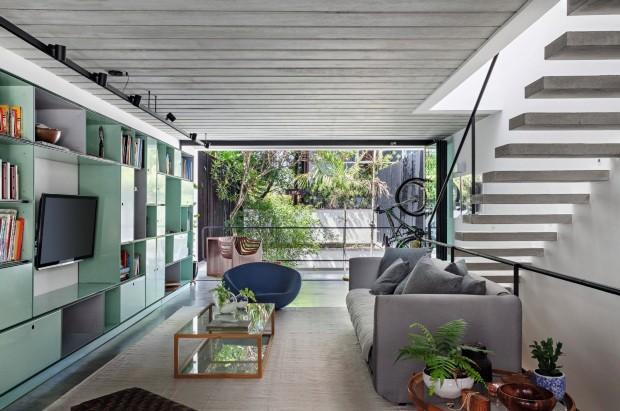 Casa geminada, de 207 m², com luz e ventilação natural (Foto: Alessandro Guimarães / Divulgação)