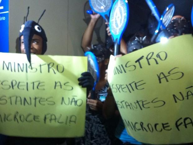 Grupo se vestiu de Aedes aegypti e exibiu cartazes durante manifestação contra o ministro da Saúde (Foto: Jéssica Simabuku/G1)