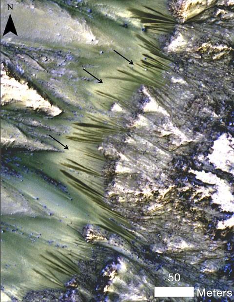 Setas apontam para fluxos sazonais que surgiram nas encostas da Cratera Palikir, em Marte, que seriam indícios da presença de água no planeta (Foto: NASA/JPL-Caltech/Univ. do Arizona)