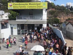 Centenas de pessoas se aglomeraram na porta da sede maceioense do Bolsa Família (Foto: Henrique Pereira/ G1)